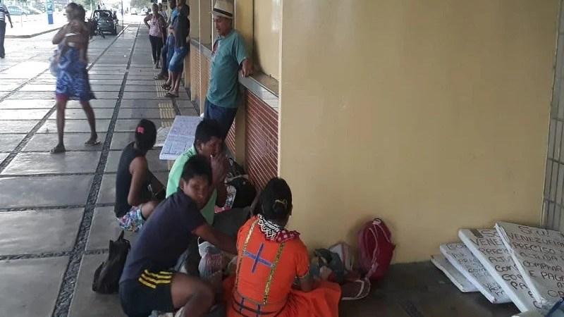 Venezuelanos fogem de crise e se refugiam em terminal de rodoviária de CG
