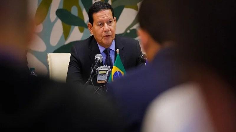 Mourão contesta Bolsonaro e sugere isolamento social contra pandemia
