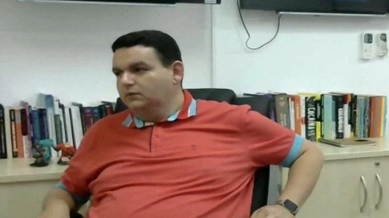 Radialista preso na Operação Calvário deixa presídio do Róger, na Paraíba