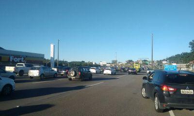 Manifestantes bloqueiam SC-401 e trânsito trava no sentido bairro/centro