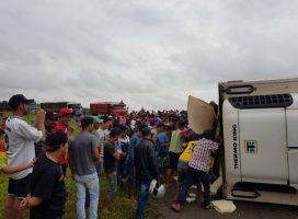 Viva o Povo Brasileiro – Carga com 27 toneladas de carne é saqueada após carreta tombar no Paraná