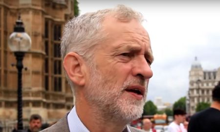 12.09.2013 - Barém - Jeremy Corbyn falando fora do parlamento sobre o Barém. Foto: YouTube/RevolutionBahrainMC