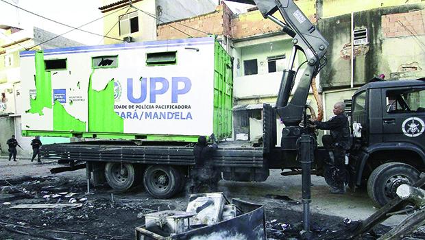 Unidade de Polícia Pacificadora no Rio de Janeiro: só fachada que agora está sendo atacada pelos bandidos | Foto:  Ale Silva/Futura Press/Estadão Conteúdo