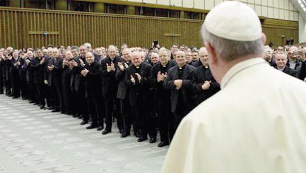 Papa é aplaudido pelos presentes, na audiência com o clero de Roma em que confessou ter ficado com o crucifixo de seu confessor, padre José Aristi: mais do que polêmica, uma aula de misericórdia | Foto: Vaticano