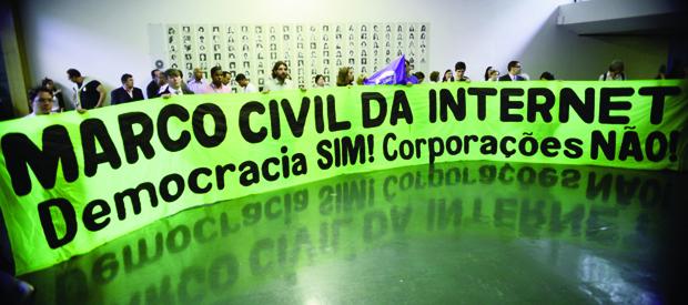 Grupo se manifesta em favor do Marco Civil no Congresso:projeto de lei discutido com a sociedade   Foto: Fabio Rodrigues Pozzebom/ Agência Brasil