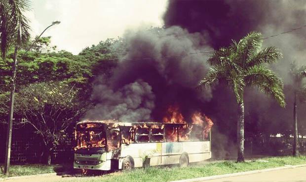 Protesto na UFG contra aumento da tarifa terminou com queima de um veículo da frota  | Foto: Marcelo Gouveia