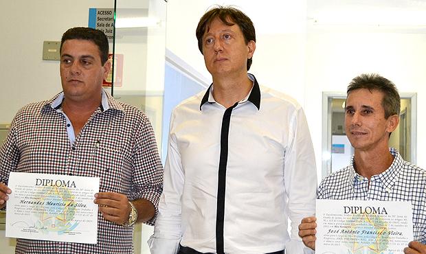 O peemedebista Henrnandes Maurício da Silva (à esquerda), o juiz Murilo Vieira, e o vice,  José Antônio Vieira (PDT), durante diplomação, em Uruaçu. Foto: Márcia Cristina/Jornal Cidade/Uruaçu