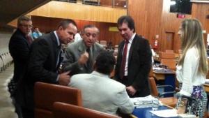 Anselmo Pereira discute com Paulo Magalhães (sentado), enquanto é observado por outros vereadores