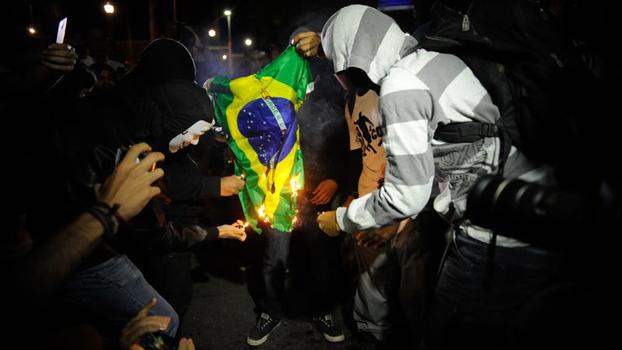 Ato contra a Copa do Mundo reúne em torno de 300 pessoas em Brasília