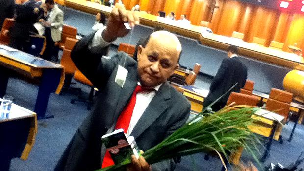 Vereador leva erva-cidreira para plenário em protesto contra compra de chás para o Paço Municipal