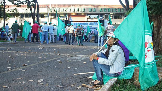 Integrantes da Fetaeg durante protesto na Seagro, no Setor Leste Universitário. Foto: Edilson Pelikano