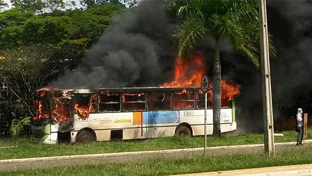 Em manifestação no Campus Samambaia, da Universidade Federal de Goiás, ônibus foi incendiado. Polícia apura participação dos jovens. Foto: Marcelo Gouveia/Jornal Opção Online