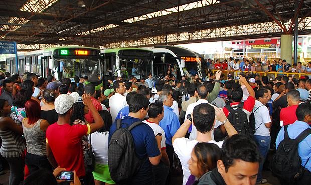 Passageiros paralisam fluxo no Terminal Praça da Bíblia após atrasos de ônibus