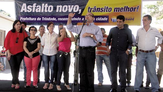 Prefeito Jânio Darrot, com ex-prefeitos e secretários: anunciando mais benefícios para a população trindadense |  Foto: Iris Roberto