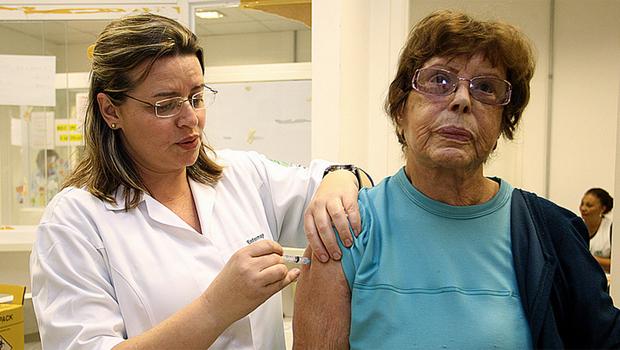 Idosa é imunizada durante campanha de vacinação contra a gripe. Ministério da Saúde não atingiu meta de proteção e adiou data do final da vacinação. Foto: Flickr/Ministério da Saúde