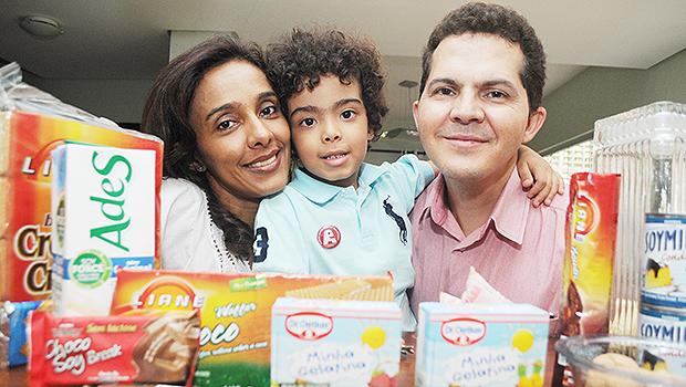 O casal Valdirene Oliveira e César Nascimento com o filho Júlio César, de 4 anos: dieta rigorosa e restritiva, em meio ao labirinto da rotulagem. Foto: Renan Accioly
