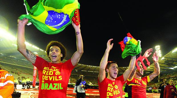 Witsel, Hazard e Defour festejam a vaga da Bélgica na Copa do Mundo: os Diabos Vermelhos estão chegando / Fotos: Reprodução