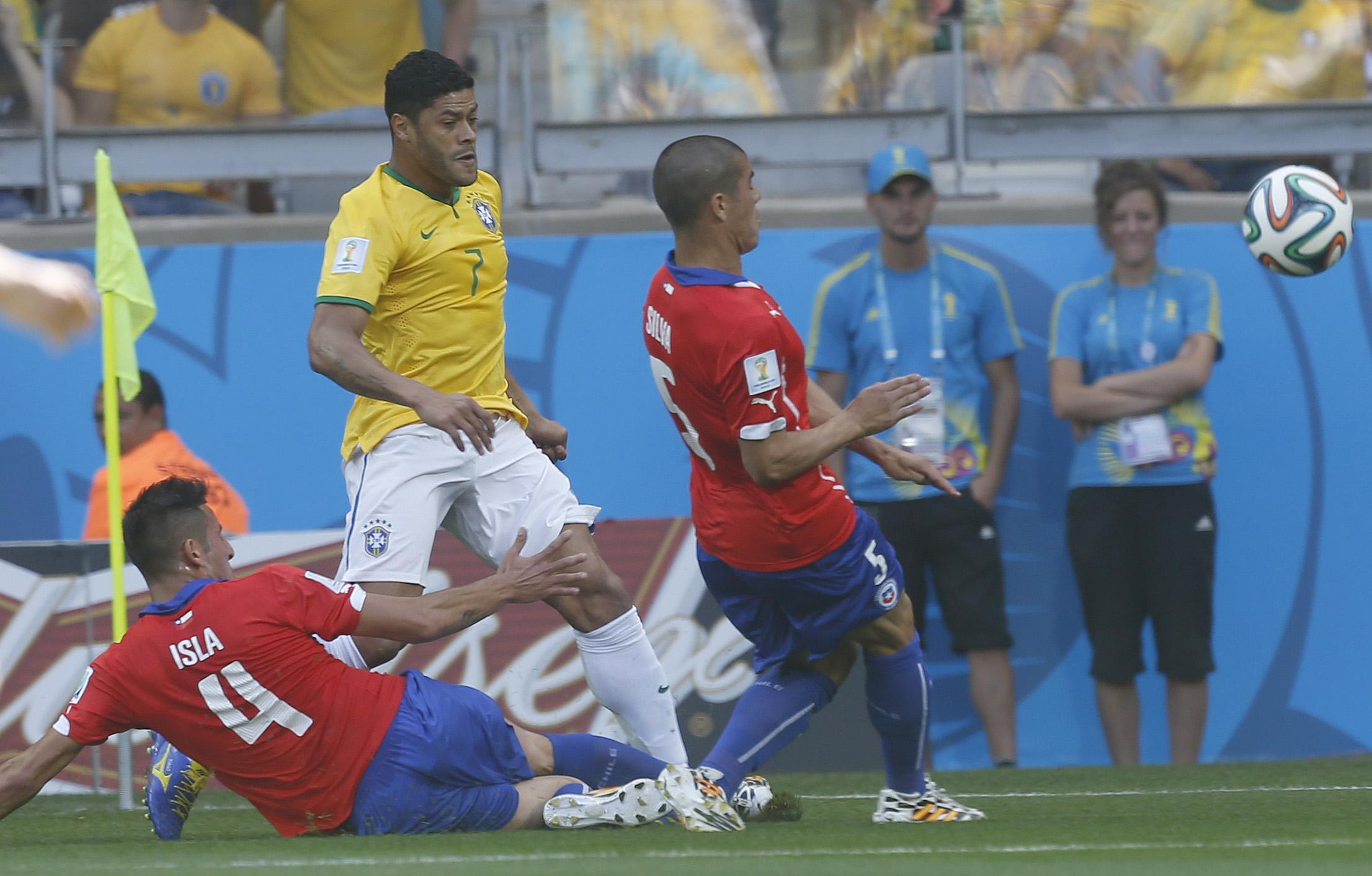 Em jogo fraco e mesmo roubado pelo juiz, Brasil ganha de freguês