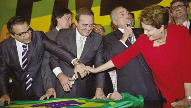 Presidente Dilma cumprimenta líderes peemedebistas após a convenção do partido: apoio à aliança pela reeleição teve menos votos que em 2010 | Foto: Wilson Cruz / ABr