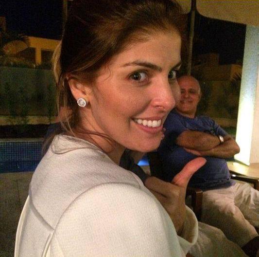 Esposa de Carlos Cachoeira posta foto em casa e Maurício Sampaio é flagrado ao fundo