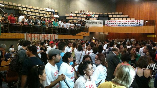 Professores ameaçam resistir à desocupação da Câmara por falta de diálogo com prefeitura