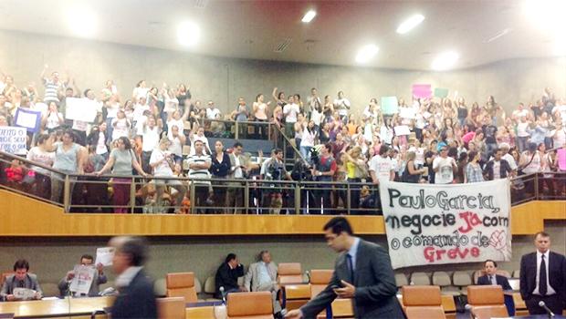 Professores ocupam toda a Câmara e juiz determina reintegração de posse