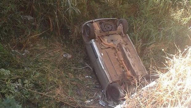 Carro cai às margens do Corrégo Cascavel e deixa três pessoas feridas