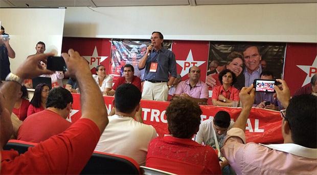 Em pé de camisa azul, pré-candidato ao governo do Estado Antônio Gomide