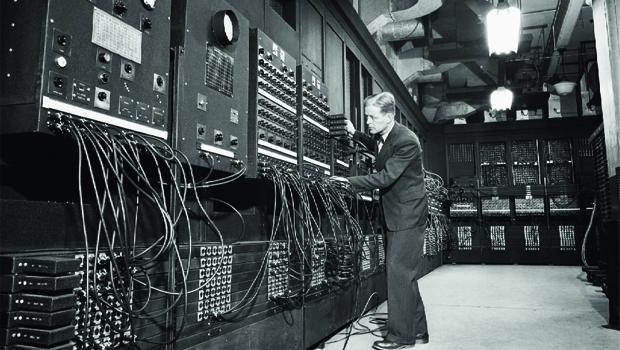 O Eniac foi o primeiro computador digital eletrônico do mundo feito para atingir grandes escalas. Criado pelos EUA, ele pesava 30 toneladas. Hoje, os computadores são pequenos graças à física quântica