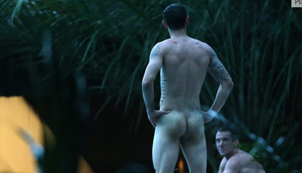 Jogadores e torcedores do mundial ficam nus pelo Brasil