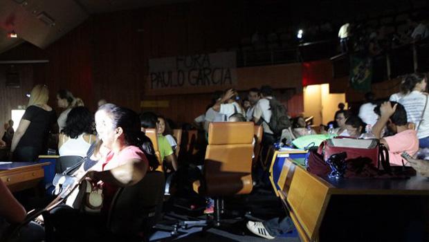 Paço Municipal volta a negociar com professores para desocupar plenário da Câmara