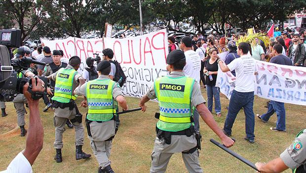 Momentos de tensão marcam protesto contra gastos com a Copa do Mundo, em Goiânia