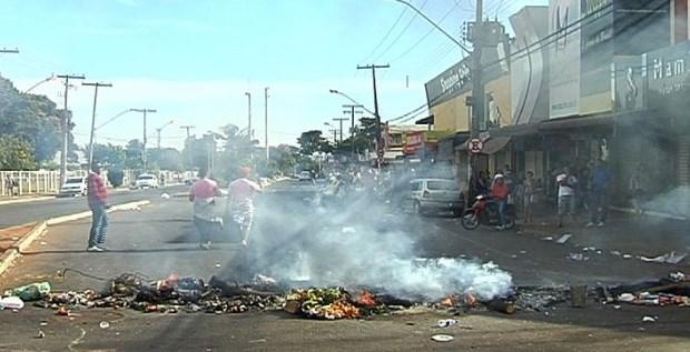 Ambulantes queimam pneus em protesto na Rua 44