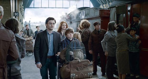 """Final do último fime, """"Harry Potter e as Relíquias da Morte"""", em que o bruxo leva junto com sua esposa, Gina Wesley, seus filhos para a plataforma de Kingstom para embarcarem no trem rumo à Hogwarts"""