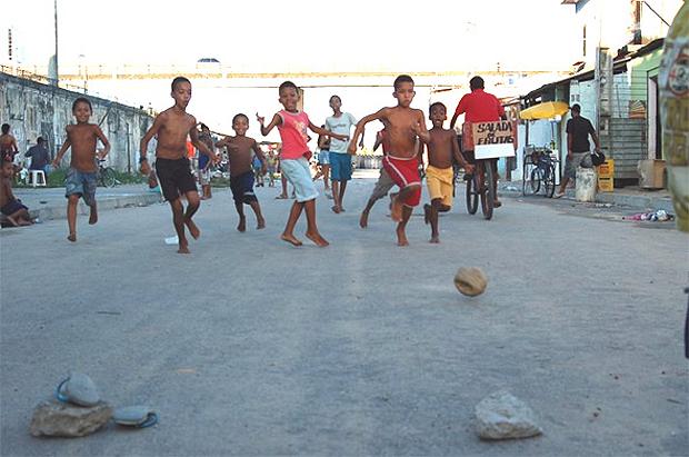 Crianças brincam em campo de pelada na periferia: poucas conseguem transformar o futebol em profissão | Foto: Reprodução