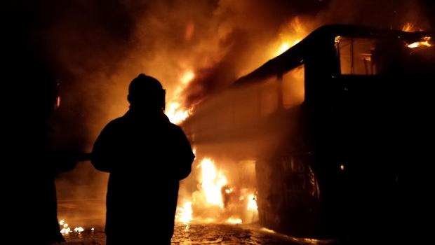 Bombeiros combatem incêndio em ônibus com 48 passageiros na BR-364, em Jataí
