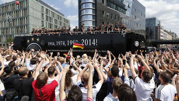 Mais de 500 mil pessoas recebem seleção alemã em Berlim