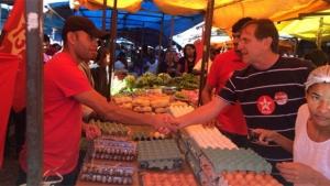 Gomide, candidato do PT, cumprimenta comerciantes em Novo Gama   Foto: Reprodução/Twitter