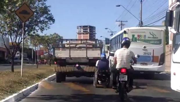 """Confira vídeo: Cadeirante é flagrado pegando """"rabeira"""" em caminhão pelas ruas da Grande Goiânia"""