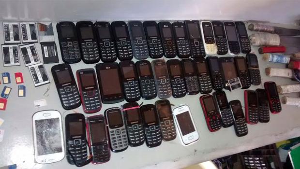 Mais de 80 celulares, facas artesanais e drogas são apreendidos durante operação na CPP de Aparecida de Goiânia