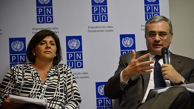O representante do PNUD e coordenador do sistema ONU no Brasil, Jorge Chediek, e a coordenadora do Atlas do desenvolvimento Humano no Brasil, Andrea Bolzon apresentam o RDH 2014 | Foto: Fabio Rodrigues Pozzebom/Agência Brasil