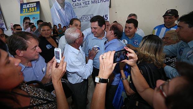 Candidato à reeleição, Marconi cumprimenta populares em Bela Vista neste sábado | Foto: Divulgação: Henrique Luiz
