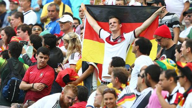 Torcida alemã comemora goleada sobre Brasil em embaixada em Brasília