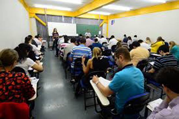 PUC-GO e professora terão de indenizar aluna retirada da sala aula por débitos em aberto