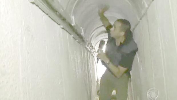 Herbert Moraes, correspondente da Record, dentro de um túnel entre a Faixa de Gaza e Israel. Há túneis que têm dois quilômetros de extensão l Foto: Reprodução/TV Record
