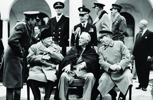 Roosevelt, Stálin e Churchill: a partir de 1941, com a entrada da Rússia e dos Estados Unidos, a guerra passaria a ser comandada pelo triunvirato