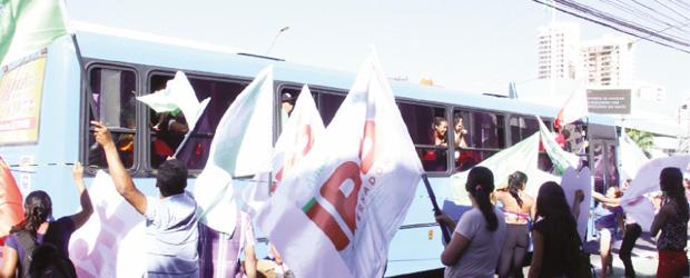 Na inauguração do comitê central do PMDB houve uma chuva de panfletos apócrifos contra o adversário tucano. Fotos: Fernando Leite/Jornal Opção