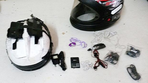 Material foi encontrado em fundo falso no interior de um capacete dos suspeitos | Foto: Reprodução/Comunicação POG