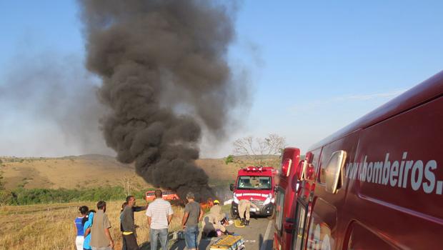 Três pessoas morrem carbonizadas em acidente na BR-040