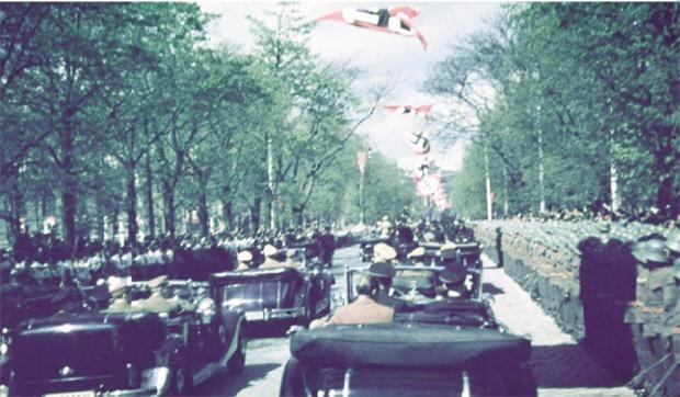 Desfile de Hitler durante a anexação da Áustria (Anschluss) pelos nazistas, em 1938: o exílio como alternativa, para Carpeaux   Foto: M.File